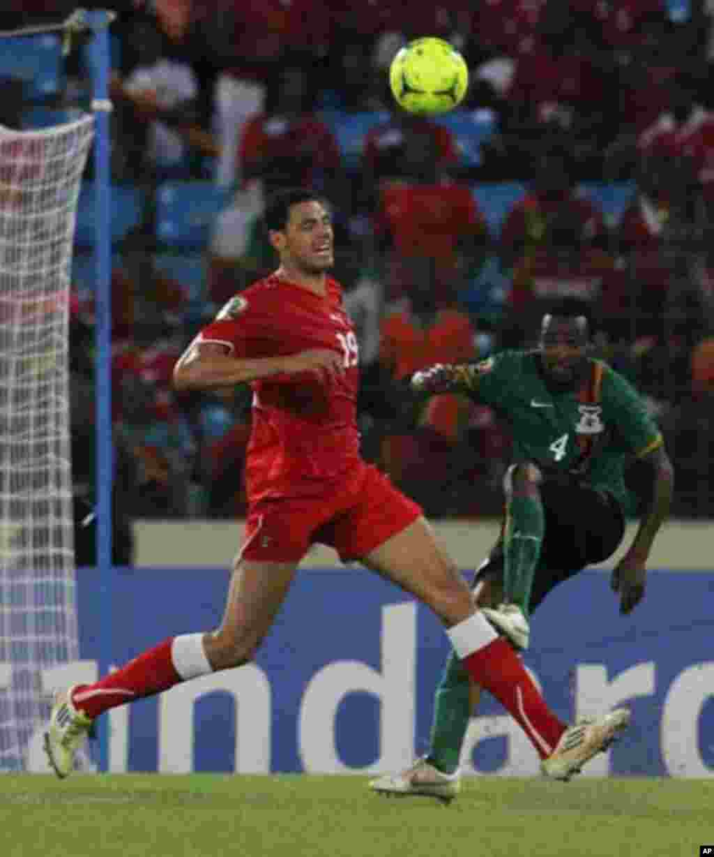 Ivan Fabiani (L) of Equatorial Guinea fights for the ball with Joseph Musonda of Zambia during their African Nations Cup soccer match in Malabo January 29, 2012.