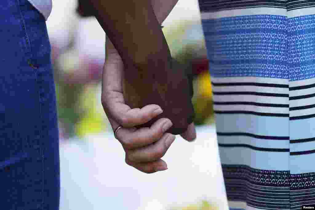 Se juntan las manos entre blancos y negros.