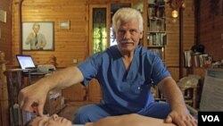 Seorang dukun Rusia sedang mengobati seorang anak Rusia yang menderita sakit.