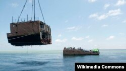 Một phần thân tàu USS Guardian được vớt lên khỏi bãi san hô Tubbataha của Philippines.