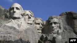 (Từ trái sang phải) Tượng điêu khắc của George Washington, Thomas Jefferson, Theodore Roosevelt và Abraham Lincoln, biểu trưng cho lịch sử 150 năm đầu tiên của Hoa Kỳ, được tạc vào khối đá granite trên núi Rushmore, gần thành phố Keystone, bang South Dakota.