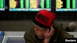 一名男子2019年5月6日在上海一家股市交易所查看股市行情。