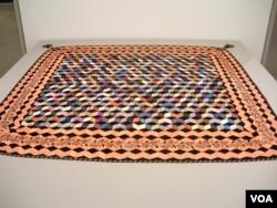 """Quilt """"Tumbling Blocks"""" karya Victoria Royall Broadhead yang membuatnya memenangkan lomba-lomba bergengsi di beberapa pekan raya negara bagian pada tahun 1860an. (J. Taboh/VOA)"""