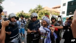 4월 25일 캄보디아 프놈펜시 법정 밖에서 시위하는 사람들