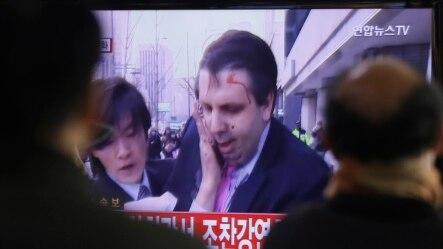 韩国民众观看美国驻韩大使遇袭电视新闻