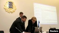 Estoniya baş naziri Andrus Ansip Almaniya kansleri Angela Merkellə ölkəsinin e-hökumət təcrübəsini paylaşır. 26 avqust, 2008.