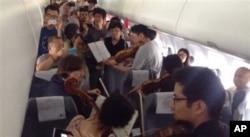Các thành viên dàn nhạc đã biểu diễn ngay trên máy bay khi chuyến bay bị trì hoãn ở Bắc Kinh