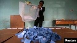 Một giới chức đổ phiếu khỏi thùng để đếm sau khi phòng phiếu đóng cửa ở tỉnh Herat, ngày 5 tháng 4, 2014. Kết quả sơ khởi có thể được biết vào cuối tháng này.