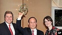 세계최고공항상을 수상한 인천국제공항공사의 이채욱(가운데) 사장.
