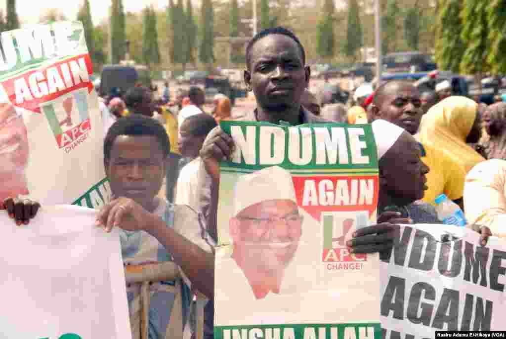 Wasu masu goyon bayan Ali Ndume a lokacin zanga zangar da suka yi sun yi na kiran a mayar da shi majalisa a Abuja, Afrilu 04, 2017