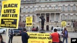 Biểu tình bên ngoài Toà thị chính thành phố phản đối vụ Freddie Gray, người qua đời tại một bệnh viện vì chấn thương cột sống