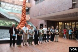 五四百年国殇之柱前支联会成员致敬默哀(美国之音记者申华拍摄)