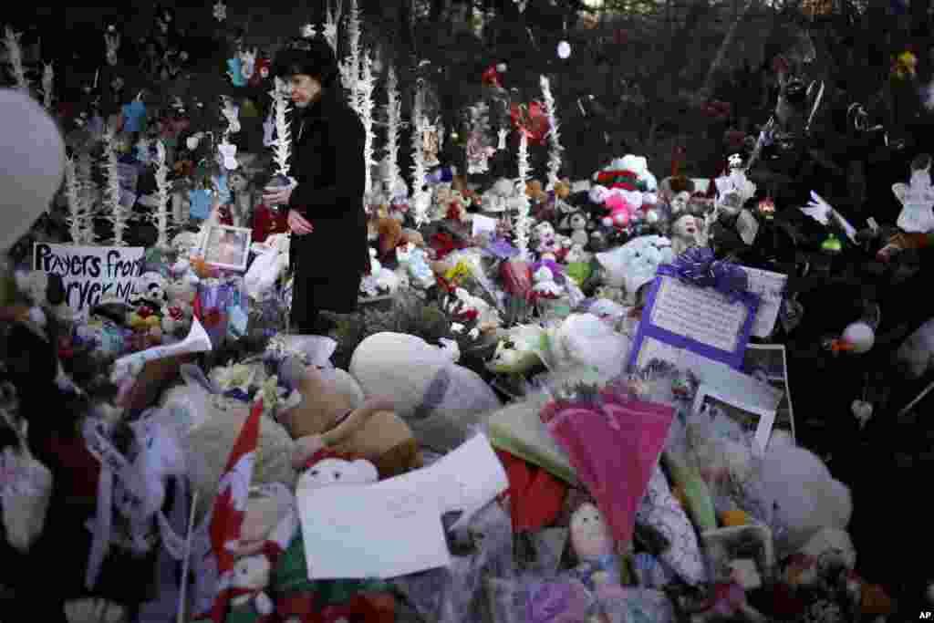 20일 코네티컷 주 뉴타운에 총기난사 사건 희생자들을 추모하는 물품들이 즐비하게 놓여있다.