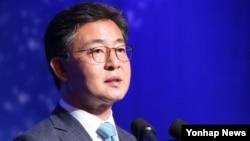 홍용표 한국 통일부 장관이 한반도 평화통일의 필요성과 당위성에 대한 국제적 공감대 확산을 위해 30일 서울 장충동 신라호텔에서 열린 '한반도국제포럼 2015'에서 기조연설을 하고 있다.