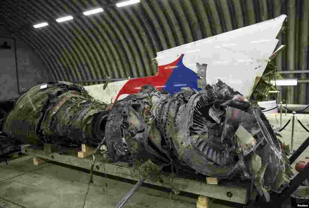 Rekonstruksi bangkai pesawat MH17 ditampilkan dalam presentasi laporan final kecelakaan pesawat di Gilze Rijen, Belanda (13/10). (Reuters/Michael Kooren)