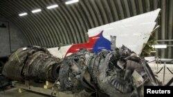 បំណែកយន្តហោះម៉ាឡេស៊ី MH17 ដែលបានធ្លាក់កាលពីខែកក្កដា ២០១៤កាត់ប្រទេសអ៊ុយក្រែន។