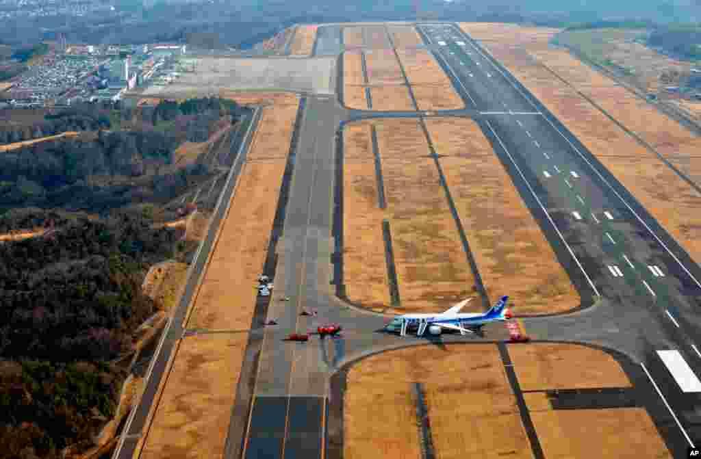 Pesawat Boeing 787 Dreamliner milik maskapai Jepang ANA melakukan pendaratan darurat di bandara Takamatsu, Jepang (16/1) setelah asap mengepul di kabin saat penerbangan. Seluruh 137 penumpang dan awak pesawat berhasil dievakuasi dengan selamat.