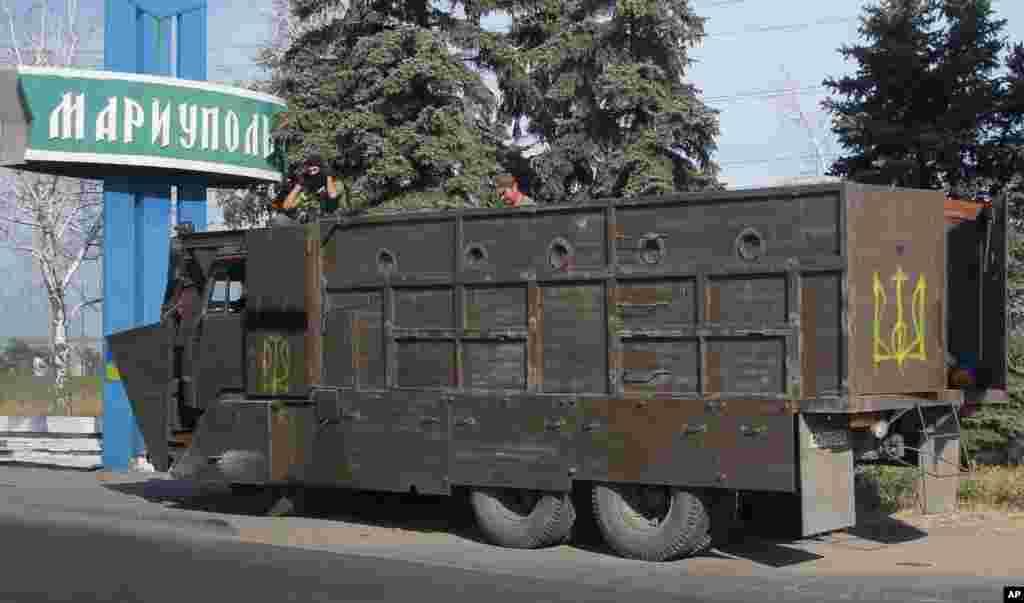 Ukrayna hərbi qüvvələri Mariopol şəhərindəki yoxlanış məntəqəsində - 28 avqust, 2014