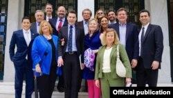 """Η εντεκαμελής ομάδα των αμερικανών επενδυτών. Στην μέση η επικεφαλής του Προγράμματος """"Διεθνών Επενδύσεων"""" Κάρον Ντεμάρς και αριστερά της ο έλληνας διπλωμάτης Τασος Κεζάς"""