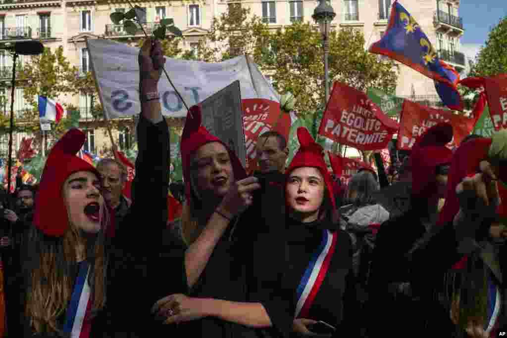 این معترضان محافظه کار در پاریس مخالف طرحی در دولت فرانسه هستند که برای زنان مجرد و همجنسگرا اجازه بارداری آزمایشگاهی (آیویاف) با بودجه عمومی میدهد.
