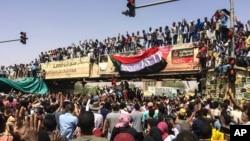 دارالحکومت خرطوم میں مظاہرین فوجی ہیڈکوارٹرز کے باہر دھرنا دیے ہوئے ہیں۔ وہ صدر عمر البشیر کے استعفے کا مطالبہ کر رہے ہیں۔ 9 اپریل 2019