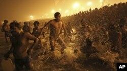 14일 인도에서 세계 최대 힌두 축제인 '쿰 멜라'가 시작된 가운데, 참가자들이 죄를 씻는 예식으로 겐지스 강에 몸을 담구고 있다.