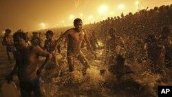 Bất chấp sương mù dầy đặc ban đêm, nhiều người đã bắt đầu tắm mình từ 2 giờ ruỡi sáng để tránh những đám đông ban ngày