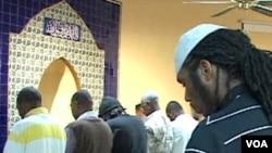 Jemaah Masjid Muhammad di Washington, yang sebagian besar adalah warga Amerika keturunan Afrika, sedang khusyuk sholat.