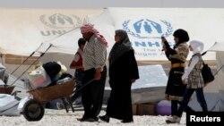 Người tị nạn Syria nhận lãnh viện trợ và thực phẩm, trong trại tị nạn Al-Zaatri tại thành phố Mafraq Jordan, gần biên giới Syria, vào Ngày tị nạn thế giới 20 tháng 6, 2013.