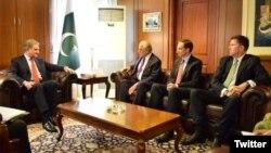 د پاکستان د بهرنیو چارو له وزیر سره د ښاغلي خلیلزاد او ورسره هیت لیدنه