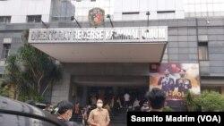 Gubernur DKI Jakarta Anies Baswedan tiba di Polda Metro Jaya untuk memenuhi panggilan penyidik, Selasa, 17 November 2020, terkait pelanggaran protokol kesehatan acara pernikahan anak Ketua FPI, Rizieq Shihab. (Foto: Sasmito Madrim/VOA)