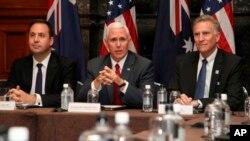 El vicepresidente de los Estados Unidos, Mike Pence, habló durante una sesión de negocios con empresas australianas y estadounidenses junto con el embajador estadounidense en Canberra, James Carouso, y el ministro australiano del Comercio, Steven Ciobo, en Sídney, Sábado 22 de abril de 2017.
