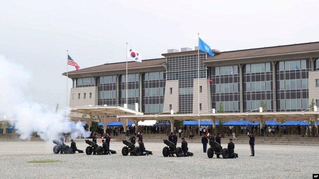 Binh sĩ Lục quân Mỹ bắn đại bác trong buổi lễ khai trương tổng hành dinh mới của Lực lượng Mỹ ở Hàn Quốc (USFK) tại Camp Humphreys ở Pyeongtaek, Hàn Quốc, ngày 29 tháng 6, 2018.