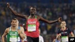 David Rudisha franchit la ligne d'arrivée du 800 m aux JO de Rio, Brésil, le 15 août 2016. (AP Photo/David J. Phillip)