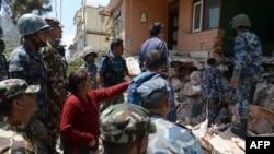 尼泊尔居民指挥警察在瓦砾中寻找亲人