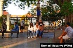 Sejumlah warga dan wisatawan masih terlihat di kawasan Nol Kilometer Yogyakarta. (Foto: VOA/Nurhadi)