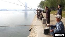 지난 2010년 10월 북한 평양 대동강에서 노인들이 낚시를 하고 있다. (자료사진)