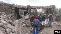 Warga desa di Hajar Aukaish, Yaman mengumpulkan barang-barang yang masih bisa dipakai setelah serangan udara pimpinan Saudi mengancurkan kawasan perumahan penduduk di sana (foto: dok).