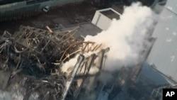 Tashar nukiliyar Fukushima da ta lalace kenan ke hayaki.