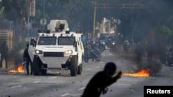 Những người biểu tình chống Tổng thống Nicolas Maduro xung đột với cảnh sát tại Caracas, Venezuela, ngày 19/4/ 2017.