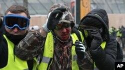 Một người biểu tình bị thương khi đụng độ với cảnh sát chống bạo động ở Paris, ngày 8 tháng 12, 2018.