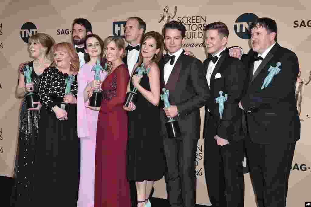 អ្នកសម្តែងក្នុងរឿង Downton Abbey ថតរូបនៅក្នុងបន្ទប់សារព័ត៌មានជាមួយនឹងពានរង្វាន់របស់ពួកគេ សម្រាប់ការសម្តែងរួមគ្នាដ៏អស្ចារ្យមួយនៅក្នុងរឿងភាគ Downton Abbey មួយនេះ នៅក្នុងពិធីប្រគល់ពានរង្វាន់ Screen Actors Guild ប្រចាំឆ្នាំលើកទី២២ នៅសាល Shrine Auditorium & Expo Hall រដ្ឋ Los Angeles កាលពីថ្ងៃទី៣០ ខែមករា ឆ្នាំ២០១៦។