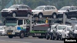 Mobil-mobil produksi GM Korea terlihat berjajar di pelataran parkir pabrik GM Korea Bupyeong sebelum diangkut ke pelabuhan ekspor di Incheon, sebelah barat Seoul (9/8).
