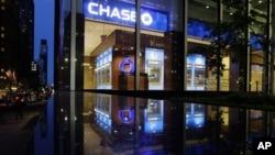 Saham JP Morgan Chase merosot tajam hingga hampir tujuh persen pasca diumumkannya kerugian bank terbesar AS tersebut sekitar dua miliar dolar dalam investasi beresiko, Kamis (10/5).