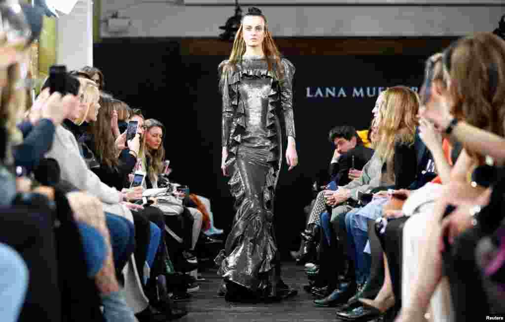 """طراحی لباس """"لانا میولر"""" در هفته مد برلین در آلمان."""