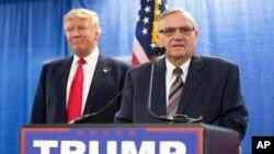 Tư liệu - Trong bức hình ngày 26 tháng 1, 2016 này, Cảnh sát trưởng Joe Arpaio (trái) tham gia một sự kiện của ứng cử viên tổng thống Đảng Cộng hòa Donald Trump ở Marshalltown, bang Iowa.