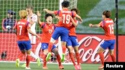 캐나다 오타와에서 17일 열린 피파 여자월드컵 조별리그 E조 3차전 스페인과의 경기에서 득점한 한국 대표팀이 자축하고 있다.