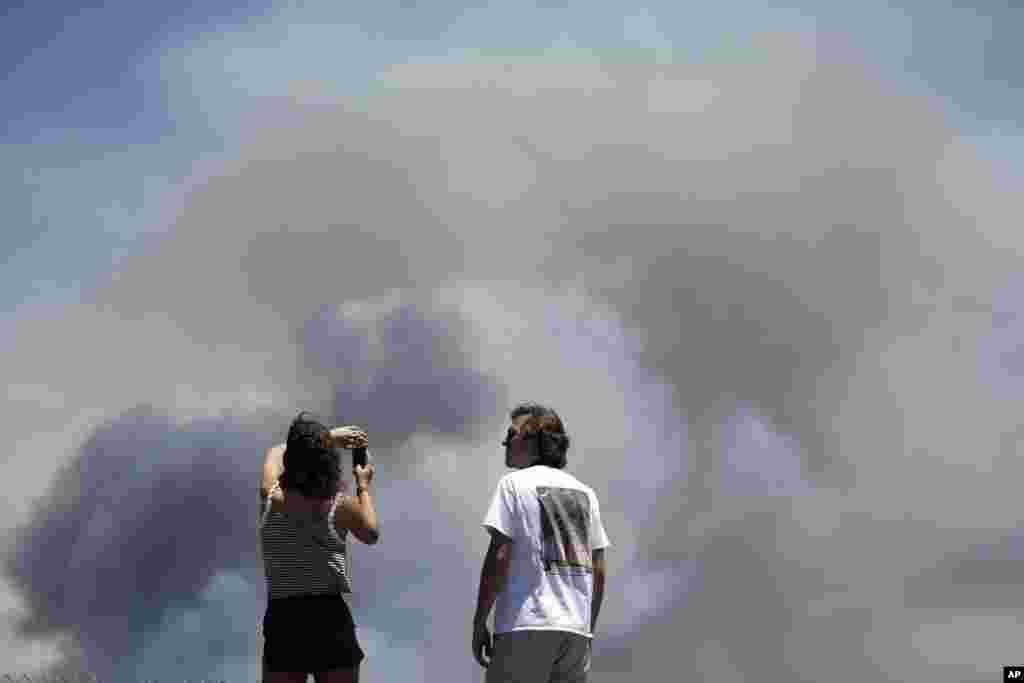 """Chase and Brittany Boslet toman fotos del incendio de """"Las Pulgas""""."""