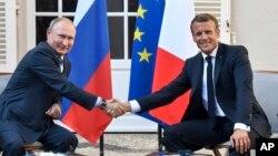 Эммануэль Макрон и Владимир Путин провели переговоры на юге Франции 19 августа