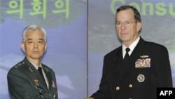 Chủ tịch ban tham mưu liên quân Hoa Kỳ Mike Mullen và vị tương nhiệm của Nam Triều Tiên, Tướng Han Min-koo, tại Trụ sở Bộ Quốc phòng Nam Triều Tiên ở Seoul, ngày 8/12/2010